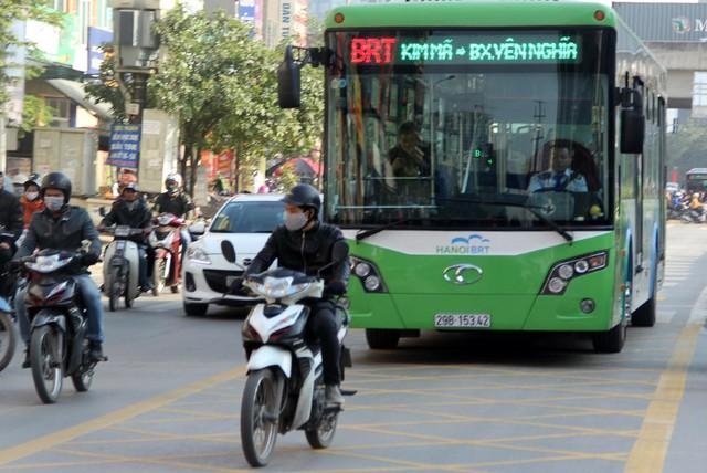 Với thực tế giao thông hiện tại, có cho hay không, BRT vẫn bị lấn làn. Ảnh:HP