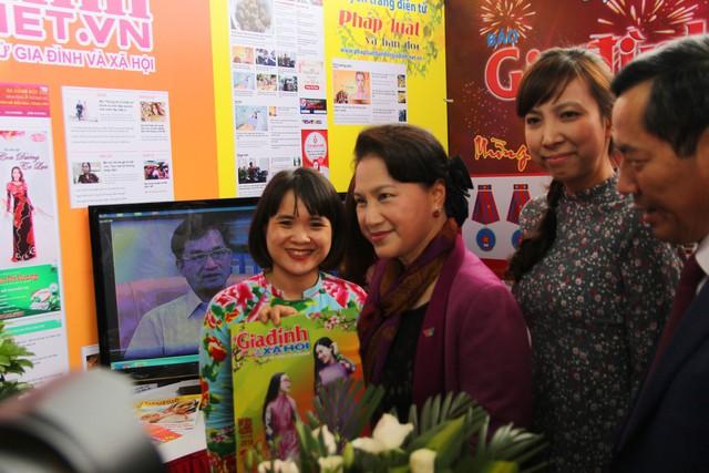 Chủ tịch QUốc hội Nguyễn Thị Kim Ngân thăm gian trưng bày của Báo Gia đình và Xã hội.