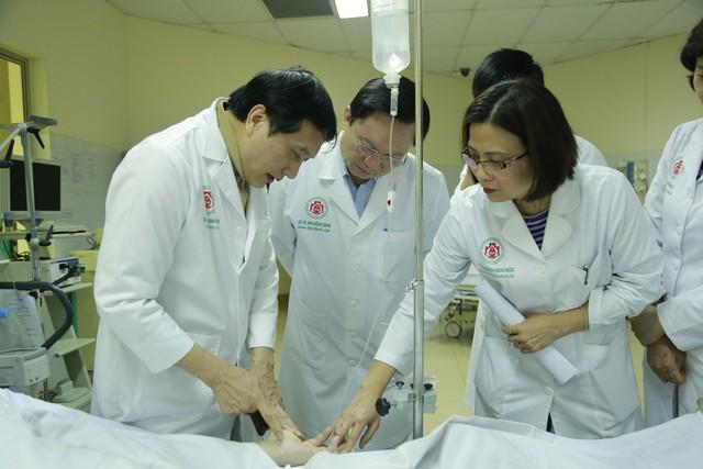 GS.TS Trịnh Hồng Sơn, Gíam đốc Trung tâm Điều phối Quốc gia về ghép bộ phận cơ thể người (bìa trái) cùng các chuyên gia hội chẩn ca bệnh trước ghép phổi