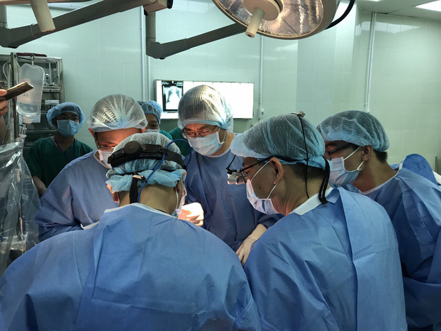 Các bác sĩ tiến hành ca ghép phổi đầu tiên tại Bệnh viện 108. Nguồn hiến phổi lấy từ ngừoi cho chết não. GS.TS Mai Hồng Bàng đánh giá, việc ghép phổi từ người cho chết não phức tạp hơn rất nhiều so với nguồn hiến từ người cho sống.