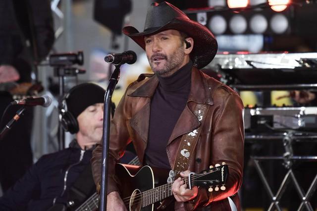 Ca sĩ nhạc đồng quê Tim McGraw đã bị ngất ngay trên sân khấu ở Dublin vào cuối tuần vừa rồi và nguyên nhân chính là do cơ thể mất nước .