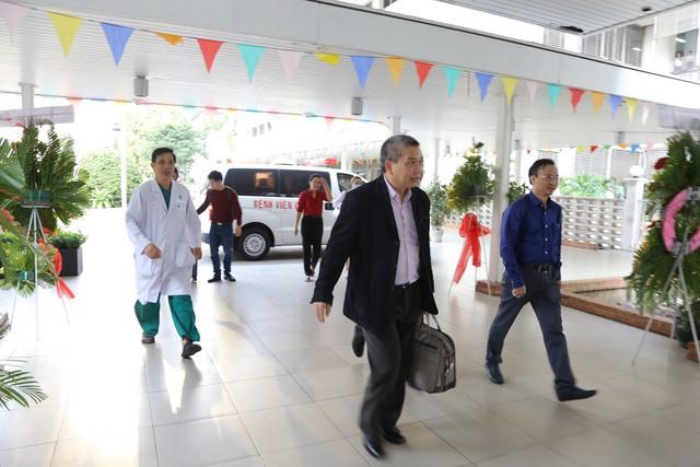 Sau khi bệnh nhân 45 tuổi được xác định chết não, tim và thận của bệnh nhân được vận chuyển bằng đường hàng không đưa vào TP HCM (Bệnh viện Chợ Rẫy) để ghép cho hai bệnh nhân khác. Trong ảnh là TS Nguyễn Hữu Ước - một chuyên gia ghép tim của bệnh viện Việt Đức đích thân mang tạng xuyên Việt.