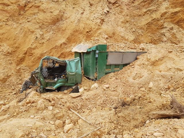 """Sạt lở đất đồi làm chết 1 lái xe: Lộ diện chủ """"mỏ"""" khai thác đất"""