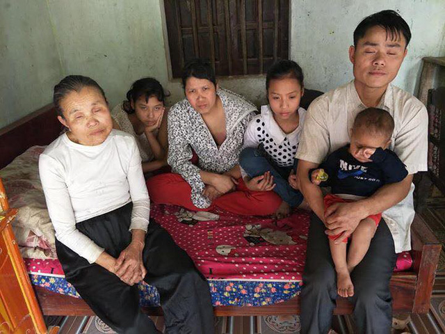 Trong gia đình 6 người, chỉ có chị Hoa và con trai út 19 tháng tuổi có đôi mắt bình thường.