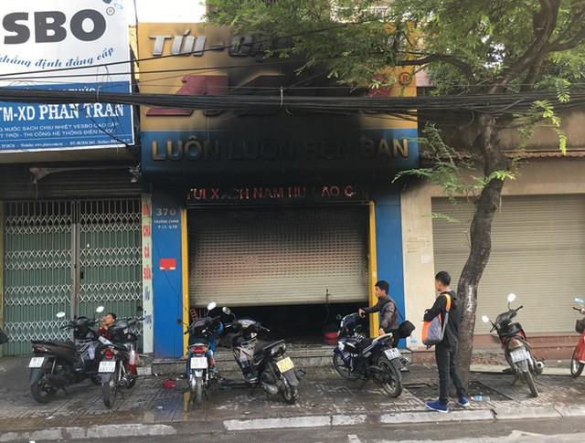 Tiệm túi xách bị cháy đen. Ảnh: Thuận Lâm.
