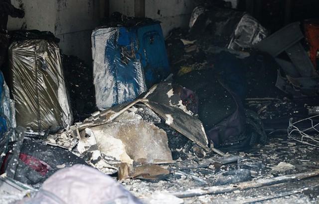 Nhiều vali, túi xách bị cháy xém, hư hỏng. Ảnh: Thuận Lâm.