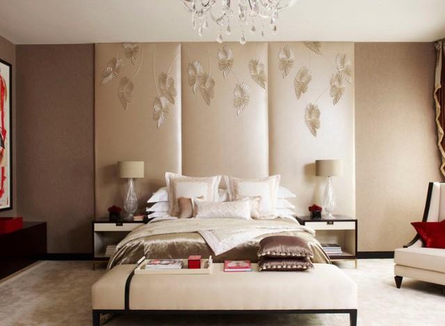 Cách nhanh chóng để lấp đầy khoảng không lớn phía sau giường ngủ chính là sử dụng các phiên bản tranh lắp ghép như thế này.