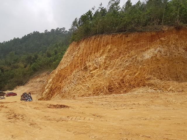 Hàng ngàn m3 đất đồi bị khai thác trái phép trong một thời gian dài mà chính quyền không biết.