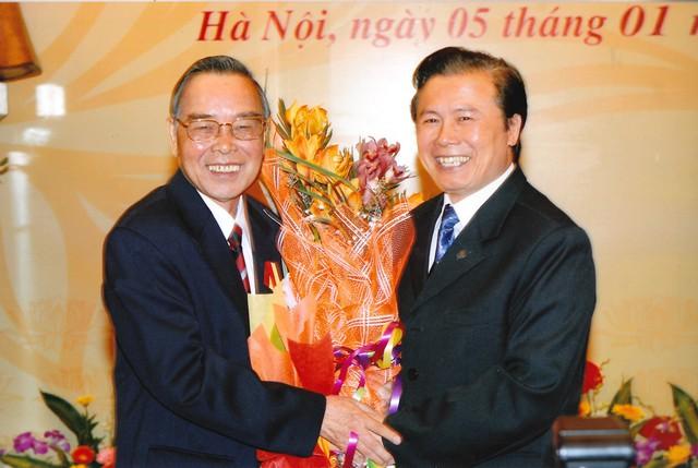 Ông Trần Quốc Toản, Thư ký Thủ tướng Phan Văn Khải, Nguyên Phó Chủ nhiệm Văn phòng Chính phủ bên phải.