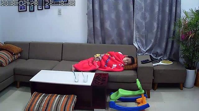 Hình ảnh bé lớn nhà chị Trang nằm lủi thủi ở ghế sopha chờ mẹ ru em khiến nhiều người làm cha mẹ xúc động.