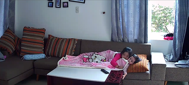 Có lẽ Mẹ Trang cũng chỉ mong hai chị em mãi thân thiết và yêu thương con như thế này mà thôi.