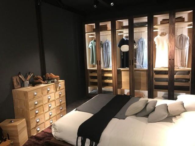 Biến tủ quần áo mở của bạn thành điểm nhấn cho phòng ngủ với những dải đèn LED, giấy dán tường hoặc màu sắc bắt mắt.