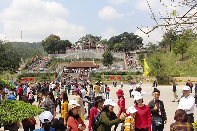Hàng nghìn du khách đổ về đền Cửa Ông để vãn cảnh, tham quan.     Ảnh: Đức Tùy