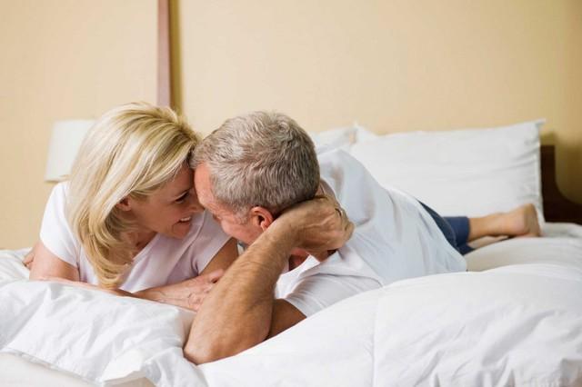 Chúng ta cho rằng: Phụ nữ lớn tuổi không đạt được cực khoái