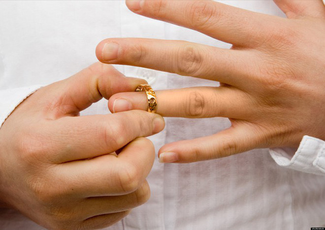 Khó tin chuyện đòi tiền làm vợ, đòi ly hôn vì chồng quá yêu con