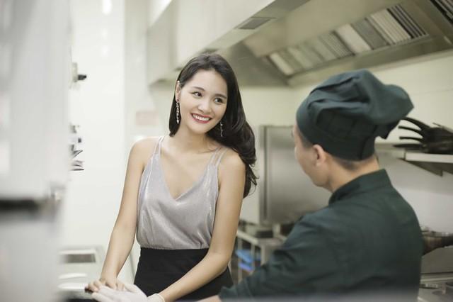Hoa hậu Hương Giang làm bánh kem mừng sinh nhật con gái