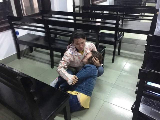 Người nhà bị cáo Hổ không kìm chế được cảm xúc khi nghe con trai nhà báo Nguyễn Đình Quân xin giảm nhẹ hình phạt cho bị cáo Hổ