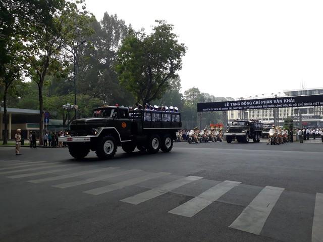 Đoàn xe tang chở linh cữu cố Thủ tướng Phan Văn Khải đã bắt đầu di chuyển