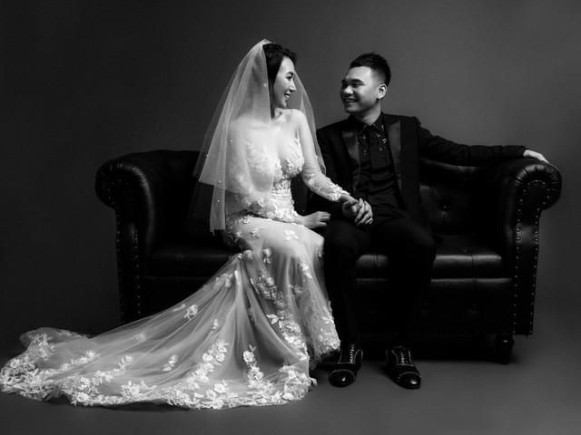 Ảnh cưới đen trắng của Khắc Việt và vợ DJ gợi cảm