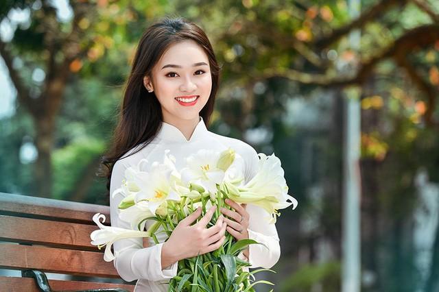 Em là gương mặt người mẫu ảnh quen thuộc của các nhiếp ảnh Hà thành.