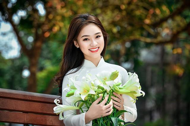 Nhân mùa hoa loa kèn, Ngọc Anh cùng với nhiếp ảnh Lê Xuân Bách thực hiện bộ ảnh này.