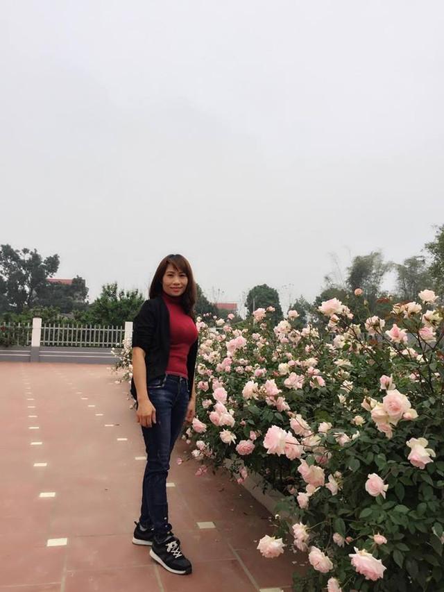 Ngôi nhà hoa hồng của chị Ánh Quyên ở xã Cẩm Lĩnh, Ba Vì, Hà Nội không chỉ có nhiều loài hoa hồng mà còn ấn tượng bởi nữ chủ nhân xinh xắn, khéo léo chăm sóc, sắp xếp không gian để vườn hồng gây thương nhớ cho hàng ngàn chị em yêu hoa.