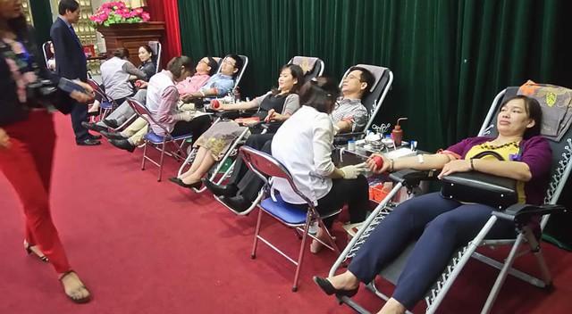 Ngay từ sáng, nhiều đoàn viên công đoàn, đoàn viên thanh niên Bộ Y tế tham gia hiếm máu tình nguyện.