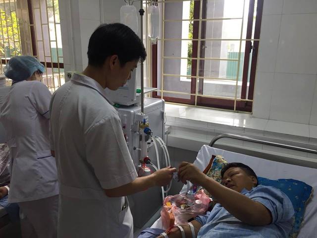 BS Hoàng Công Lương trao đổi với bệnh nhân Hoàng Văn Tiến.