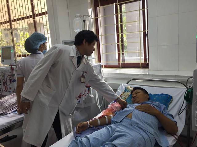 Trong hai tuần đầu sau khi vận hành trở lại, các kíp bác sĩ, kỹ thuật viên của Bệnh viện Bạch Mai sẽ có mặt hỗ trợ vận hành máy và giám sát các ca chạy thận nhân tạo tại đây.