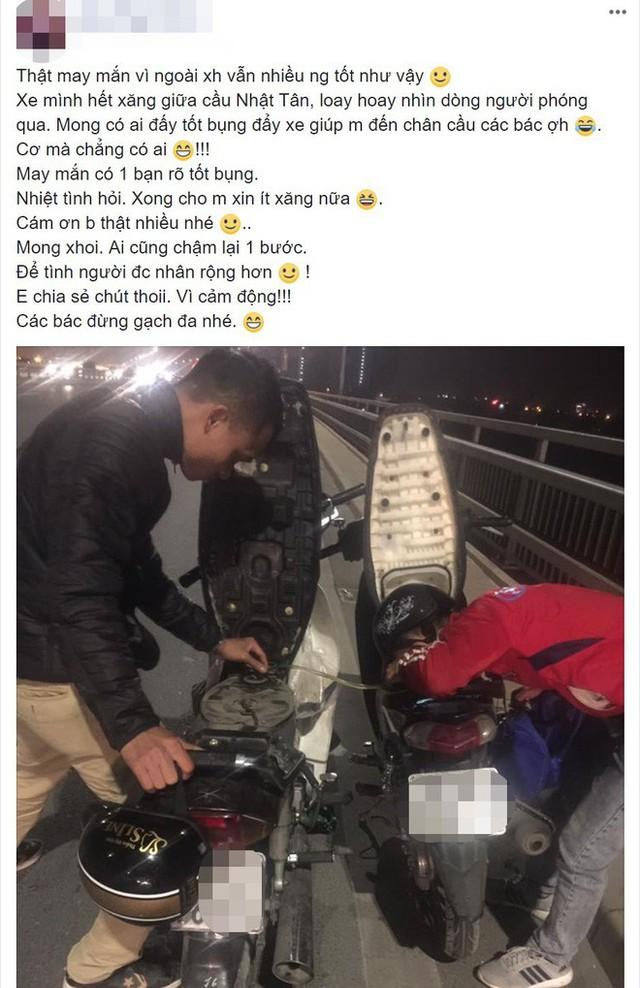 Câu chuyện cảm động: Thấy vợ chồng trẻ dắt xe máy trên cầu, chàng trai liền dừng lại để hút xăng từ xe mình cho người xa lạ