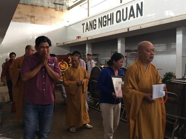 Quặn lòng chứng kiến cảnh người thân nhận thi thể nữ Bí thư phường Nguyễn Thái Bình về chùa an táng