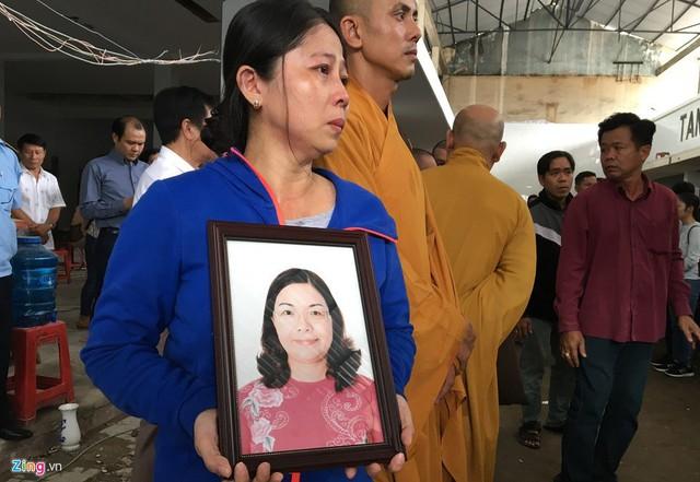 Người thân của bà Phượng ôm di ảnh khóc nghẹn, nhận thi thể người thân từ Nhà tang lễ Bệnh viện An Bình. Ảnh: Hoài Thanh.