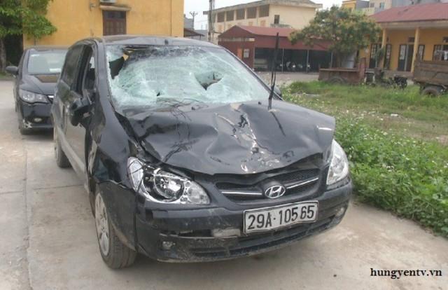 Chiếc xe của chủ tịch UBND xã Trung Nghĩa gây tai nạn. Ảnh: TL