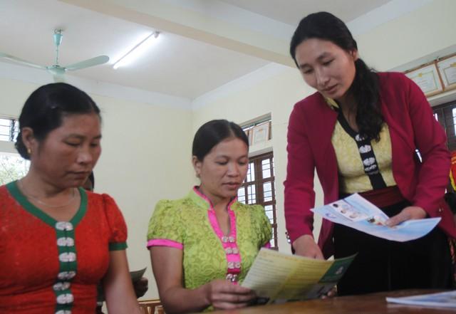 Chị Hà Thị Lan – CTV dân số bản Pà Kỉm hướng dẫn chị em trong bản về biện pháp tránh thai an toàn. Ảnh: V.Đồng