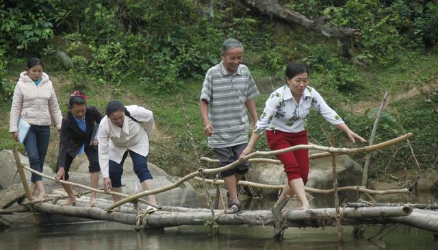 CTV dân số ở xã Hạnh Dịch phải trèo đèo, lội suối để đến tận nhà dân.