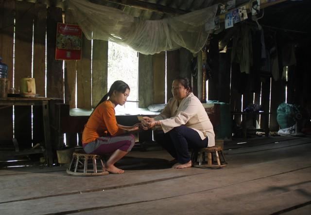 Chị Vi Thị Thìu - CTV dân số bản Khốm nhắc nhở, hướng dẫn người con dâu các biện pháp tránh thai an toàn.
