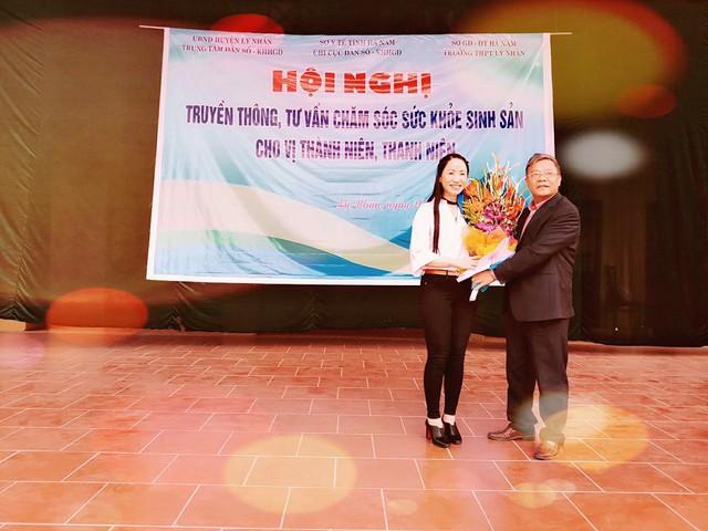 Thầy giáo Vũ Hiền Lương - Phó Hiệu trưởng trường THPT Lý Nhân tặng hoa cảm ơn TS Tạ Thị Hoa.