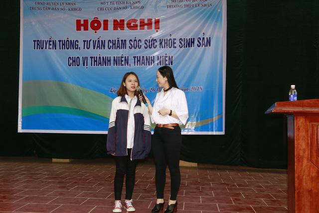 TS Tạ Thị Hoa, Chi cục trưởng Chi cục DS-KHHGĐ tỉnh cùng các em trao đổi, chia sẻ những băn khoăn trong chăm sóc sức khỏe sinh sản vị thành niên, thanh niên.