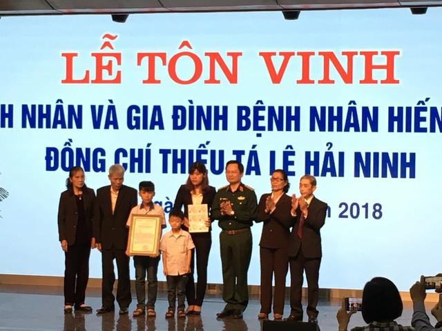 Trung tướng Mai Hồng Bàng trao món quà ân tình tới gia đình Thiếu tá Lê Hải Ninh.
