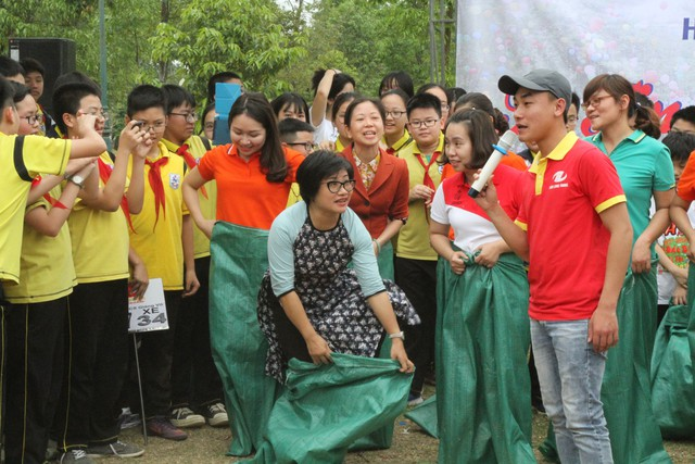 Phần chơi của các cô nhận được sự cổ vũ nhiệt tình của cả ngàn học sinh.