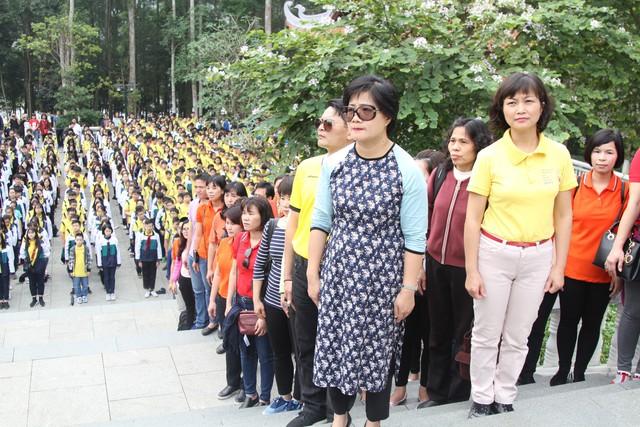 Các giáo viên, lãnh đạo trường THCS Giảng Võ trang nghiêm trong lễ báo công.