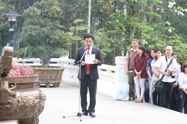 Thầy Đoàn Công Thạo, Hiệu trưởng trường THCS Giảng Võ báo cáo trước nhà tưởng niệm Bác Hồ tại khu du lịch K9 Đá Chông.
