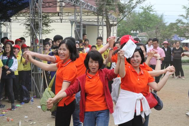 Các thầy cô giáo nhà trường cũng nhiệt tình tham gia vui chơi cùng học sinh.