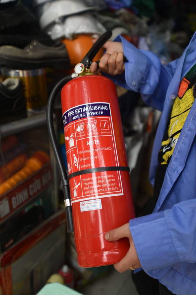 Bình cứu hỏa phổ thông bán chạy nhất những ngày qua, có giá từ 150.000 - 300.000 đồng/bình. Ảnh:TL