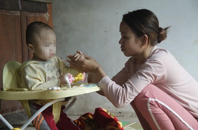 Chị Hà Thị Nghĩa đau xót khi con mình mắc bệnh hiểm nghèo.