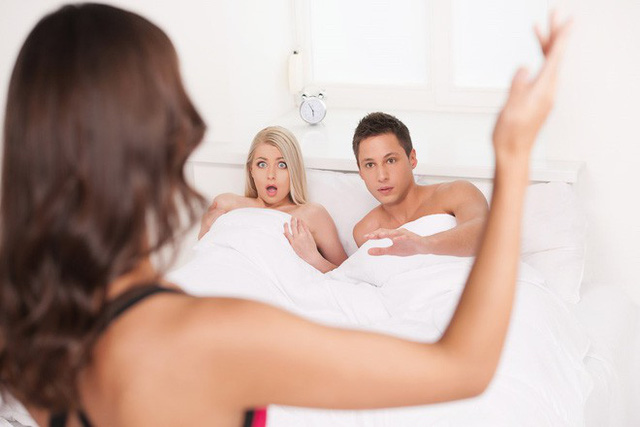 Thấy chồng vào nhà nghỉ với bồ, vợ không cần đánh ghen mà chỉ dùng một chiêu này cũng đủ khiến anh ta nhục nhã