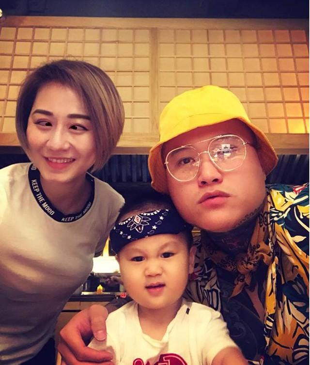 Vũ Duy Khánh và Tiên Moon vẫn vui vẻ bên cạnh, chăm sóc con trai dù đã ly hôn.
