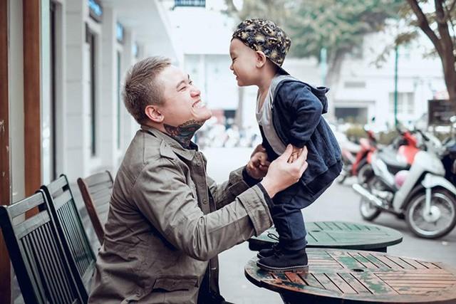 Vũ Duy Khánh và con trai.