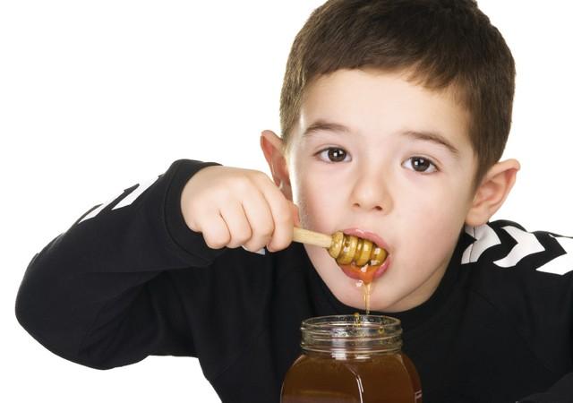 Trẻ dưới 1 tuổi tốt nhất không nên cho dùng mật ong. Ảnh minh họa