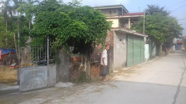 Công trình xây dựng trái phép án ngữ trước cửa nhà ông Dỹ tồn tại nhiều năm nhưng vẫn không bị xử lý. Ảnh: X.Thắng
